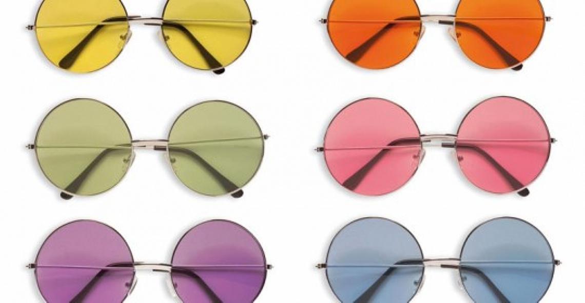 Há muito tempo que óculos de sol deixaram de ser apenas úteis para se  tornarem um verdadeiro acessório de estilo. E até as lentes coloridas  entraram nessa! 24536ff876